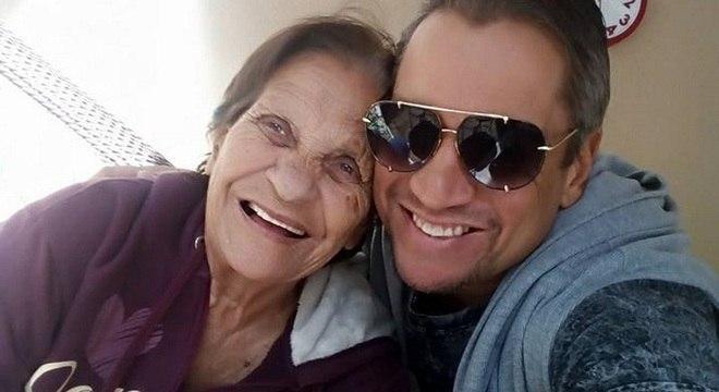 Alexandre e a mãe, Adeir, que convive com o Alzheimer há 12 anos