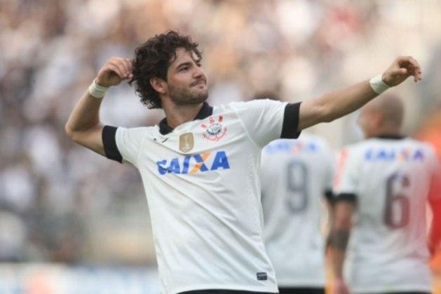Alexandre Pato chegou ao Corinthians depois da conquista do título mundial com status de craque, vindo do Milan. No entanto, não foi bem e ficou marcado pelo pênalti de cavadinha perdido na eliminação da Copa do Brasil de 2013, diante do Grêmio
