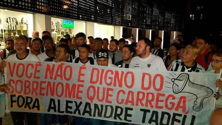 'Alexandre Tadeu': torcedores do Atlético-MG mudam sobrenome de Alexandre Gallo para protestar (20/10/18)