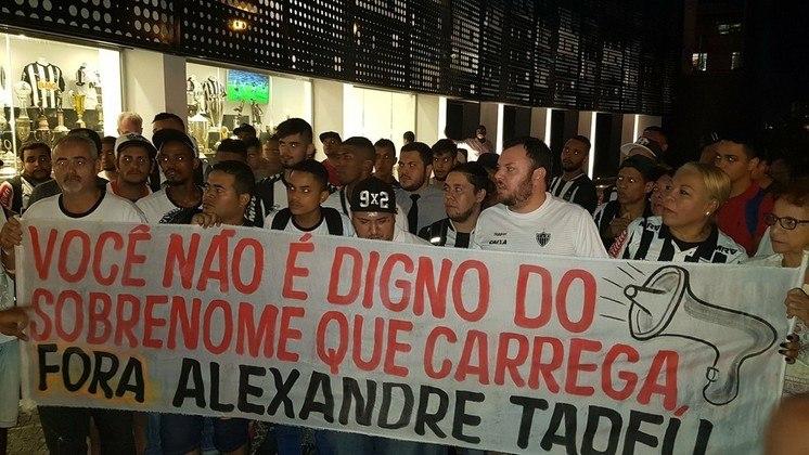 'Alexandre Tadeu': torcedores do Atlético-MG mudam sobrenome de Alexandre Gallo para protestar em 2018.