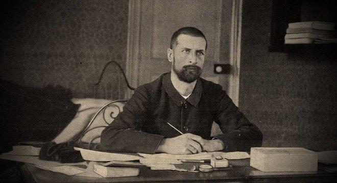 O cientista suíço Alexandre Yersin (1863-1943), que descobriu o bacilo causador da peste e tem sua história contada no livro Peste e Cólera, de Patrick Deville