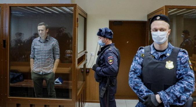 Alexei Navalny ficou dentro de uma cabine durante julgamento