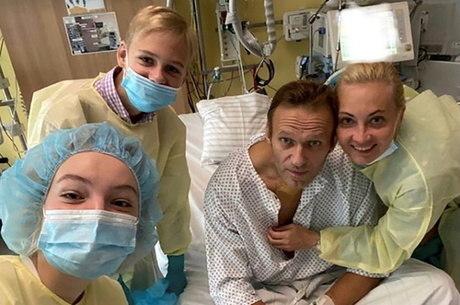 Navalny posta foto e diz que consegue respirar sozinho