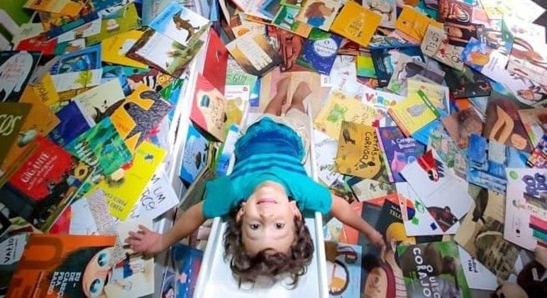 Gael e sua biblioteca: livros e contação de histórias tornaram a leitura um processo natural