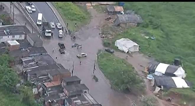 Itaim Paulista enfrenta alagamentos desde a segunda-feira (4)