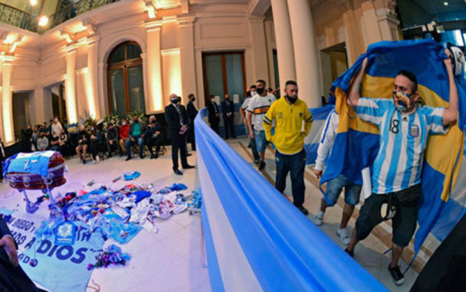 Alguns torcedores tentam se despedir de Maradona, na Casa Rosada, Buenos Aires.