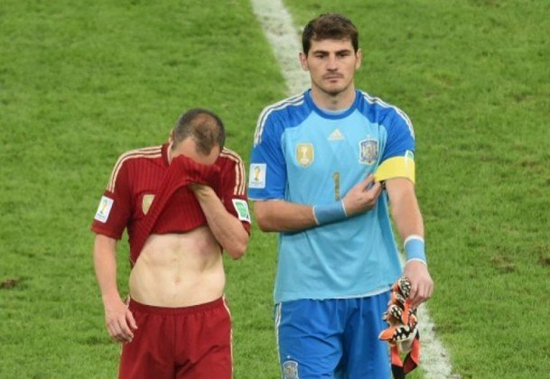 """Aliás, ele foi um dos grandes nomes daquela equipe e realizou grandes defesas, como na final contra a Holanda, num """"mano a mano"""" com Robben. Ele caiu para o outro lado, mas a bola foi tirada com o pé. Naquela ocasião, a Espanha venceu por 1 a 0, com gol de Iniesta, e sagrou-se campeã."""