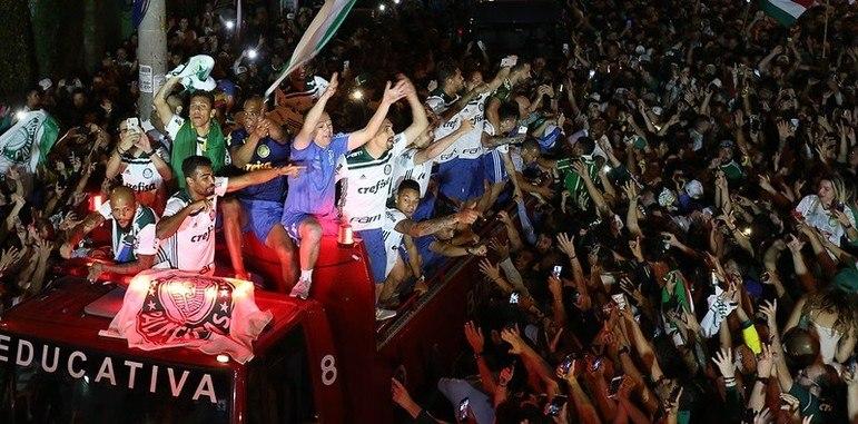"""Aliás, em 2016 e 2018, com as conquistas do Campeonato Brasileiro, o então camisa 7 Dudu provocou o time rival na festa do título, dizendo """"cheirinho é meu peru"""" em cima de trio elétrico."""