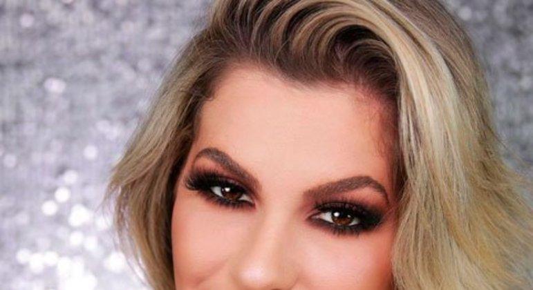 Alice se descreve como pioneira em make online no país, tendo perfil no Instagram e um canal no YouTube com dicas de maquiagem e beleza. Ambas as redes sociais contém milhões de seguidores.