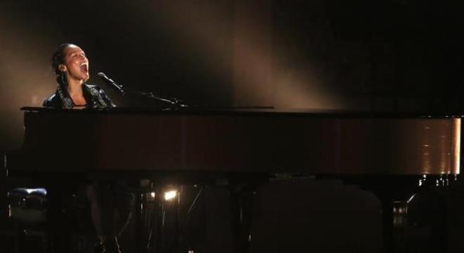 "Alicia Keys emociona no Grammy: ""Nós te amamos, Kobe"""