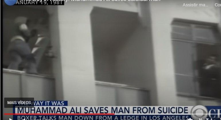 Muhammad Ali (à direita) conversa com homem que queria se jogar de prédio