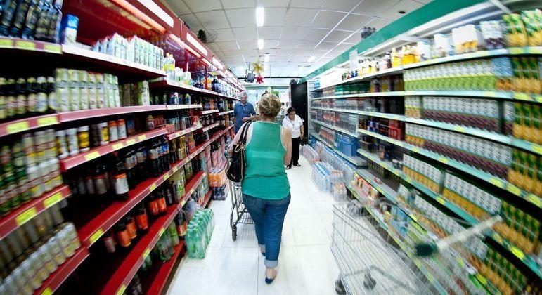 Aumento da taxa de juros vai impactar principalmente no preço dos alimentos e dos combustíveis