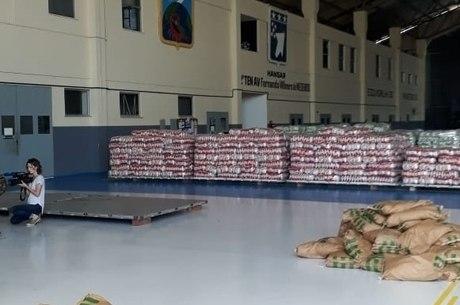 Alimentos reunidos em hangar para serem levados à Venezuela