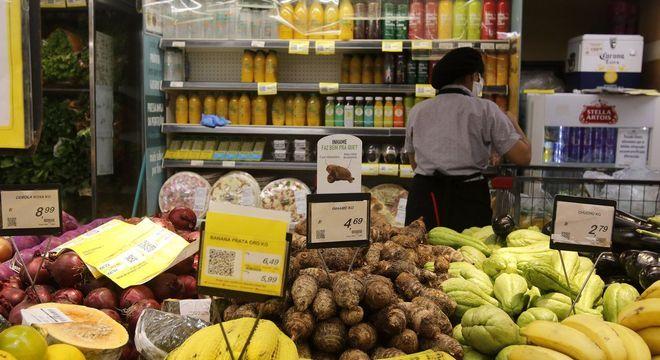 Um terço dos entrevistados pretendem seguir comprando mais alimentos no supermercado