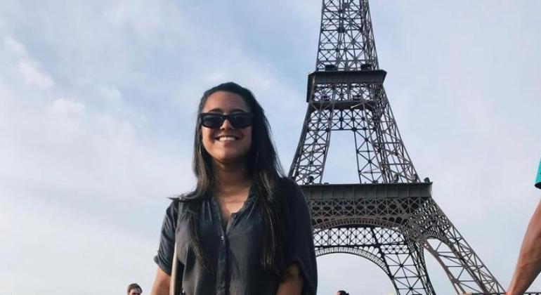 Aline vive há dois anos em Paris