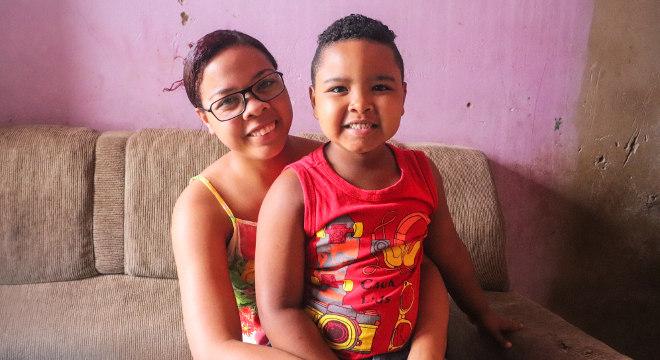 A pedagoga Aline Maia e o filho Davi Luís, assistidos pelo SOS Famílias do Sertão