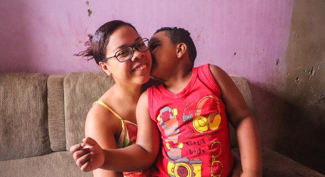 Aline elogia o aprendizado do filho na nova escola, em que ele fica em período integral