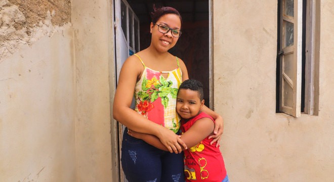 A família mora em uma casa própria, no sertão nordestino, e recebe auxílios assistenciais e do governo, como Bolsa-Família
