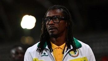 __Mais jovem, único negro e líder de 2002: conheça o técnico de Senegal__ (Reprodução)