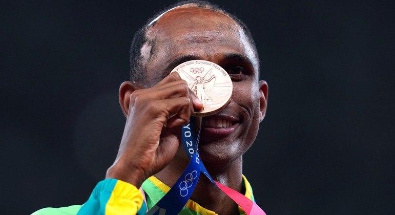 Alison dos Santos recebe a medalha de bronze nos 400 metros com barreiras