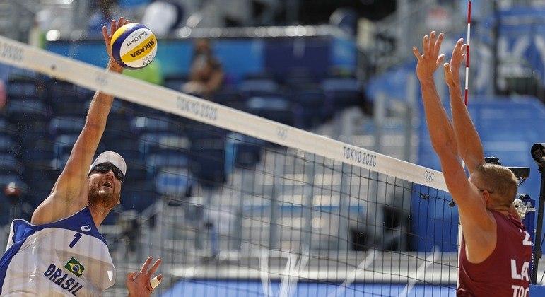 Alison e Álvaro perdem para dupla da Letônia e dão adeus aos Jogos Olímpicos