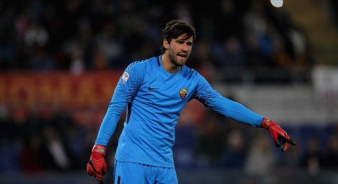 """Alisson com a camisa da Roma; proposta do Liverpool foi aceita, de acordo com a """"BBC"""""""