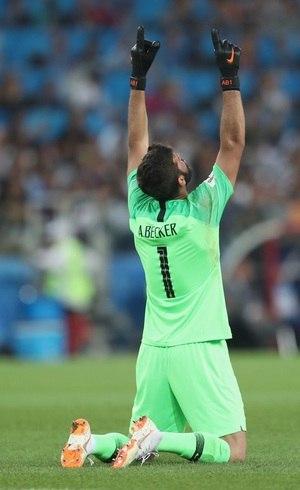 Alisson comemora um dos gols do Brasil contra a Sérvia
