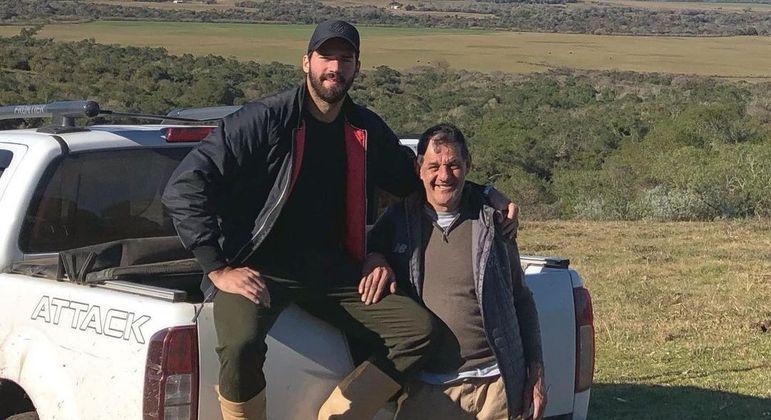 Alisson posa ao lado do pai, que morreu nesta quarta-feira