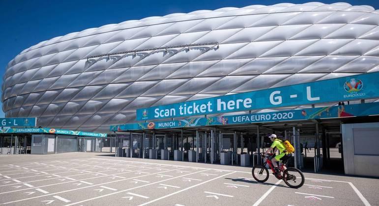 Uma entrada da Allianz Arena de Munique, Alemanha