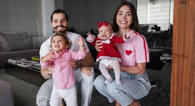 Alok e Romana Novais estão juntos desde 2013 e têm dois filhos, Ravi e Raika