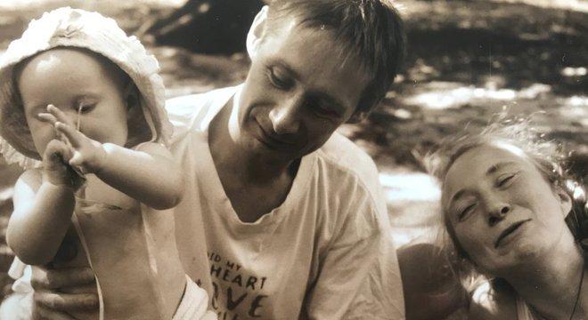 Aloma quando era bebê ao lado do pai, Toni, e da mãe, Molly