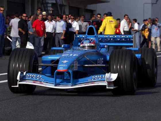 Alonso eventualmente assinou com a Minardi para estrear na F1, mas foi contratado como piloto de testes da Renault no ano seguinte e passou a ser titular em 2003