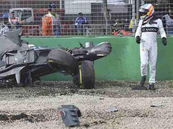 Alonso foi protagonista de um acidente impressionante com Esteban Gutiérrez na Austrália em 2016, mas sofreu apenas fraturas na costela.