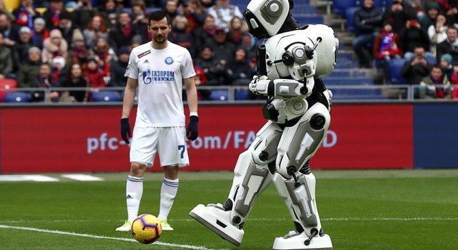 Aloysha foi apresentado como um robô capaz de fazer movimentos, mas na verdade era um homem vestido de robô