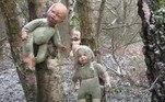 Uma alpinista que explorava uma floresta na Inglaterra encontrou uma clareira cheia de bonecas bizarras penduras em árvores