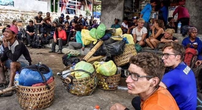 Alpinistas indonésios e estrangeiros são vistos depois de saírem do Monte Rinjani