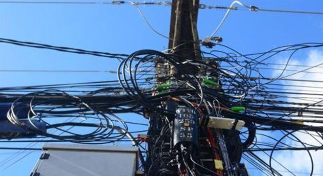 Alta concentração de pessoas em locais como o Bairro do Recife e Cidade Alta de Olinda aumenta o risco de ocorrências. Orientação é nunca subir em postes nem se aproximar de fios caídos.