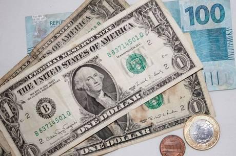 Às 9h10, o dólar recuava 0,47%, a R$ 5,5922 na venda