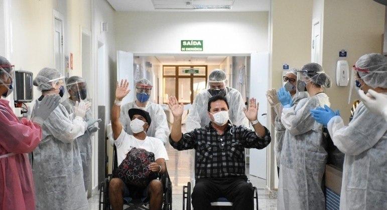 Pacientes comemoram alta da covid-19 em hospital de Rio Grande do Sul