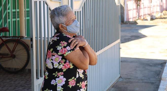 Aluna da capoterapia durante aula realizada em frente a sua casa
