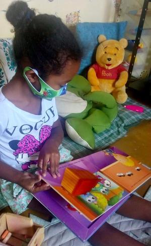 Criança na sala de leitura