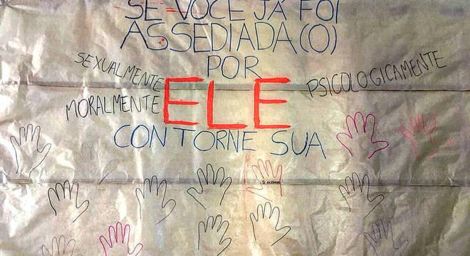 Alunas fazem cartaz para reunir as vítimas de assédio sexual e estimular denúncias