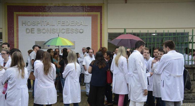 Estudantes de medicina beneficiados pelo FIES reclamam do aumento das mensalidades