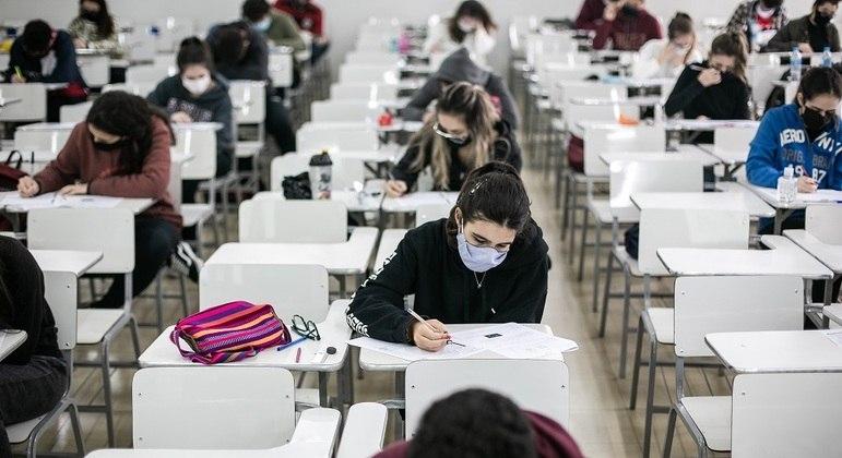 Candidatos deverão manter 1,5 m de distância e usar máscara durante o exame