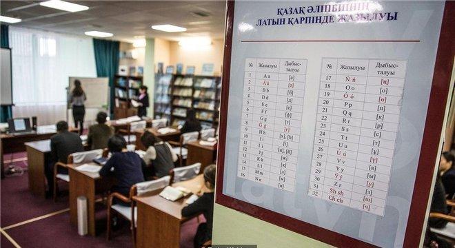 Bibliotecários têm aula com o novo alfabeto em Astana, capital do país