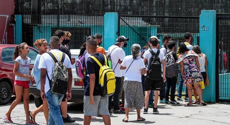 Alunos retornam as aulas na Escola Estadual Prof. Simão Mathias localizada na Av. Ragueb Chohfi, zona leste de São Paulo SP, nesta segunda-feira (8)