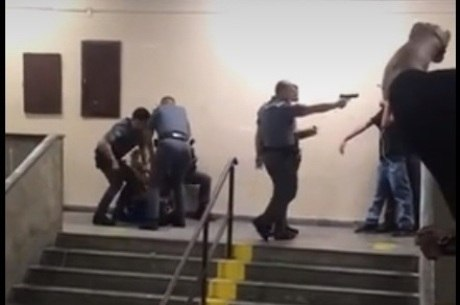 Policial chega a apontar arma para estudantes