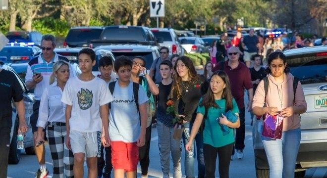 Alunos deixam a escola Marjory Stoneman Douglas após o tiroteio