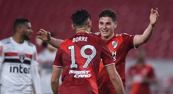 Álvarez comemora um de seus gols marcados contra o São Paulo