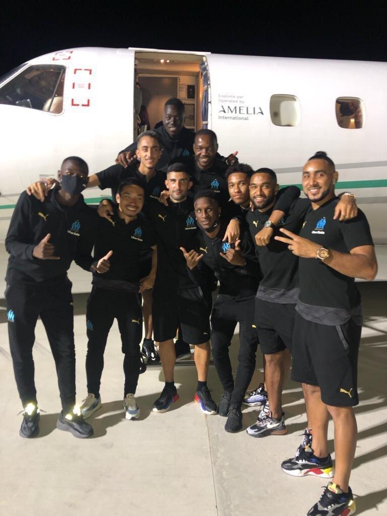 Álvaro González fez questão de posar ao lado dos companheiros negros do Olympique
